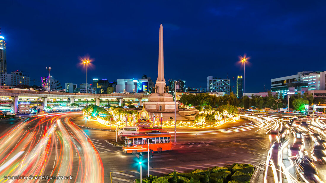 Victory Monument at night.